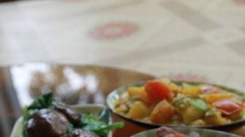 四菜一湯,白飯任裝,每人亦只是$60 就可以捧著肚子走。