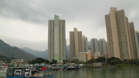 小小的馬灣涌村仍然帶有純樸的漁村風情,與身後逸東邨的高樓大廈形成強烈的對比。
