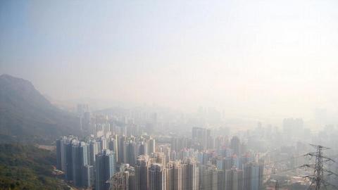 從獅子山上遠眺,可俯瞰九龍半島的景色,天氣好的話,更可看到香港島北部。