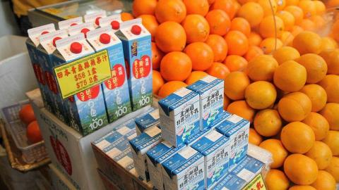 店舖還售賣主要來自日本的食品,如北海道牛奶、蘋果汁和零食等,選擇眾多。