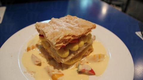 拿破崙酥皮入口鬆化不油膩,配以新鮮芒果和軟滑的吉士醬品嘗,十分美味。