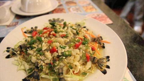 活蝦刺身舖滿辣椒和蒜碎,伴以酸甜微辣的醬汁,配搭一流。不