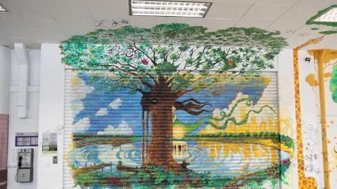 老舊鐵閘上畫上塗鴉,極有街頭藝術的味道。
