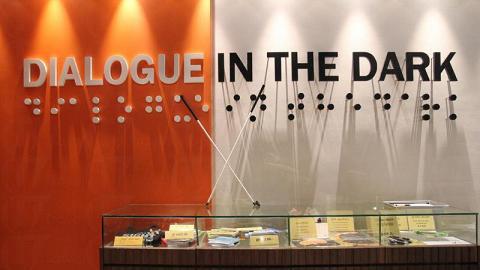 黑暗中對話體驗館有不少紀念品供參觀人士選購,而紀念品櫃上的白色手仗,就是是次旅程的行裝之一。