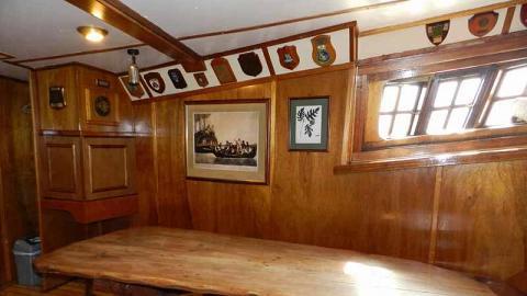 船艙內的會議室,列出一個個見證著「濟民號」航海史的紀念牌。