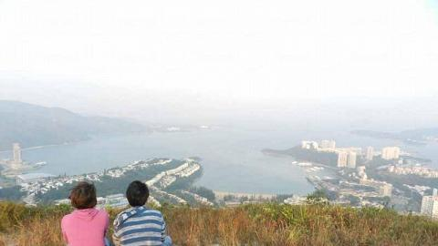 坐在山頂「標高柱」旁的空地上,極目所至,是那海連天、天連海的地平線。