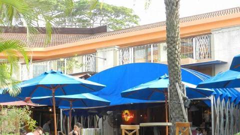 在陰涼的露天茶座,一邊享受美食,一邊享受海濱美景。