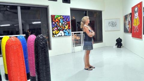除了塗鴉及其他繪畫作品之外,展廊還有雕塑等其他不同類型的藝術品。(Ali G, Chokoli Stawberry artist 攝)