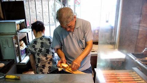 食物即叫即製,取餐時小心燙手。