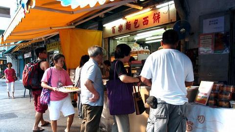 市民在餅店門口排隊買出爐麵包。