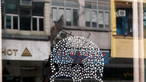 配件批發店門前掛有前衛 Bling Bling 骷髏頭