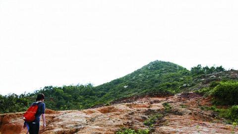 行到半路就要折返,回頭還要走斜斜的黃泥地呢。