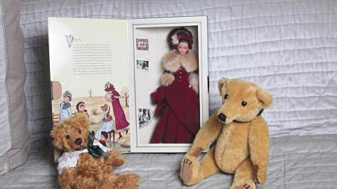 手造熊仔(左)$900、(右)$2600及絕版限量版維多利亞造型 barbie 公仔 $1400。