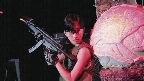 模特兒溫馨提示,女仔玩室內 wargame 不宜黏假眼睫毛,因易頂住眼罩。