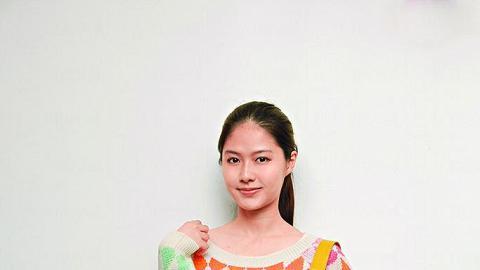 周日行街︰韓國彩色上衣 $388、日本彩藍色貼身褲 $468、黃色牛皮手袋 $480。
