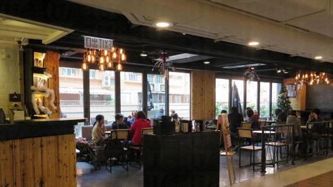 咖啡店落地玻璃設計,露天陽台可透入自然光。