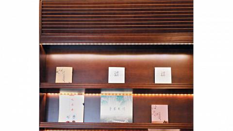 去文化旅館,仲睇八卦雜誌?詩座大堂的書架特別放有文化雜誌、《講語三百講》、《白話詩經》,提升你的文化水平。