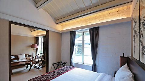 套房以簡約大方古典中國風布置,房內儲物櫃、家具及燈飾都特別挑選及訂造。