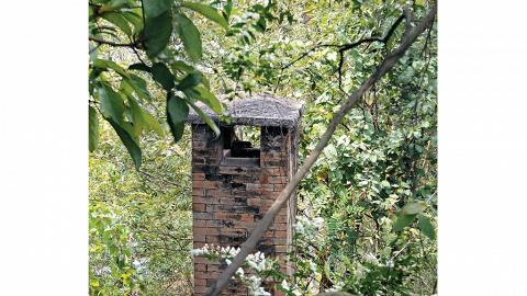 「畫」座旅館附近鐵絲網,可見昔日醫院焚燒棄置醫療用品的古焚化爐。