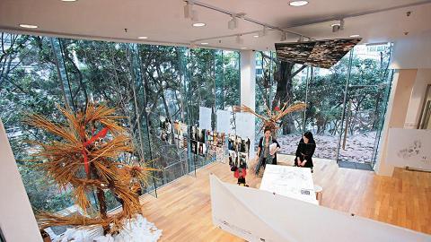 訪客中心西側外加建一座玻璃屋,連接百周年校園大樓,同時作展覽用途。