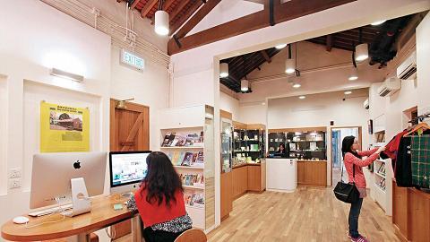 訪客中心售賣大學紀念品外,另設刊物閱讀區及展覽玻璃屋。