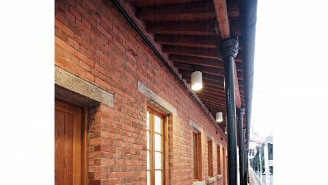 工人宿舍正立面包括鑄鐵柱,柱腳花崗石石座,屋簷前半圓鑄鐵水糟,水糟排水鑄鐵水管及入口處的花崗石級。