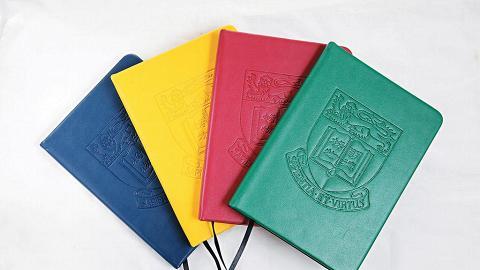 仿皮紀事簿,封面壓有「明德格物」校訓,四色設計好有「春日花花麥兜 feel」。