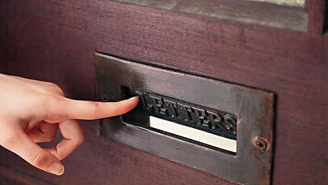 門前仍有舊式鐵製投信的入口。