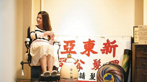 理髮店場景內展出的理髮椅昔日為女士專用椅,男士的應配有煙灰缸,舊物新知。