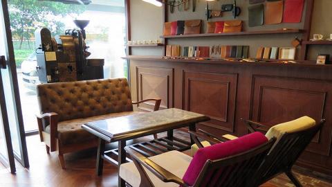 門口的沙發位置,牆上是香港設計師的手作皮具