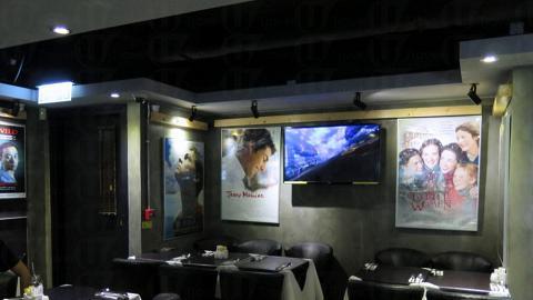 餐廳內掛滿不同的電影海報