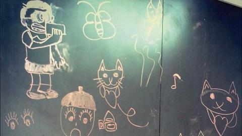 故事館部分牆身劃成黑板,讓小朋友畫公仔,以繪畫溝通