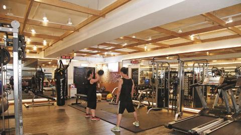 星級教練 Paul Wong 及 Edward Sung,從事健身行業 13 年多,是多位藝人的健身教練,他們每人負責18位學生,貼心跟進學生的運動進度。