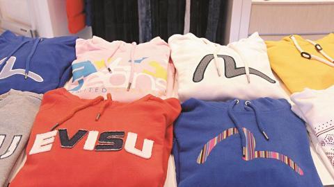 服裝區主要賣韓國 EVISU 品牌衫褲。