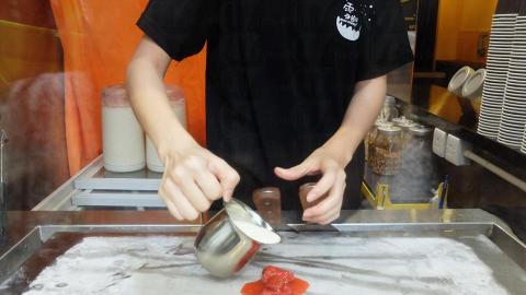 炒雪糕製法:第一步加入果肉。