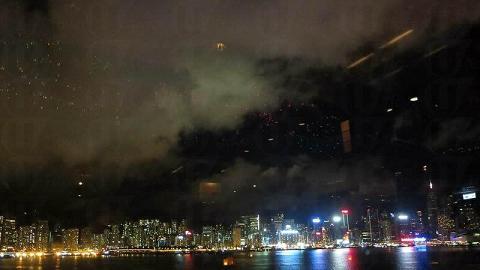 從酒吧望出去的維港景致,無任何建築物阻擋