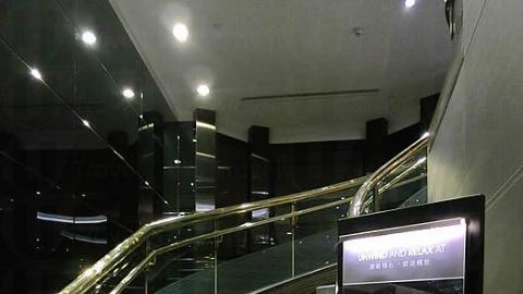 乘電梯往 14 樓,步行一層樓梯便到達Bar on 15