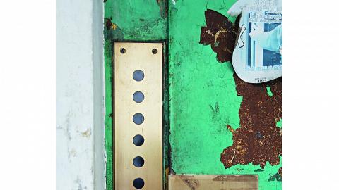 電梯採用拉閘,樓層顯示屏置在門口左方,這種舊式設計已不多見。