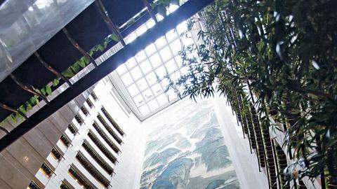 壁畫下方還設了個日式庭園,頗有隱世桃源 feel。