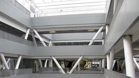 耗資12億的香港知專設計學院位於調景嶺,於 2010 年落成,擁有一組長達 51.5 米的「至尊天梯」,連接1樓到7樓,是全港最長的扶手電梯之一。(網上圖片)