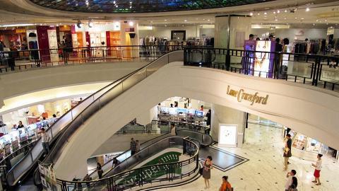 時代廣場替扶手電梯一雪前恥,洗去沉悶形象。這兩組全港獨有的弧形電梯(又名 Levytator),位於銅鑼灣時代廣場,於 1992 年引進,來往 B1 到 1 樓。