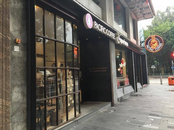 走入百德新街,面向維園,就會見到大大個Pacific Coffee咖啡杯燈牌。