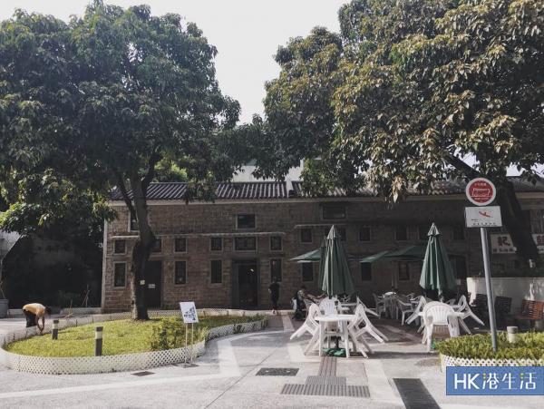 石屋家園為三級歷史建築,門外設有座位。