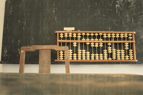 以前學生用的算盤,現在應沒有太多學生知道怎麼用了。(關璇攝)