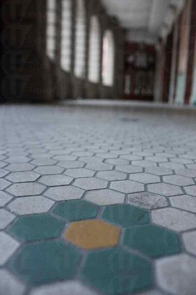 甘棠弟的迴廊鋪上一層典雅的青花瓷,盡顯昔日大宅氣派。