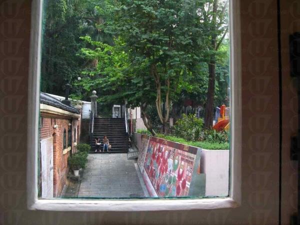 透過彩軸玻璃窗可望到堅巷遊樂園,悠閒寫意。