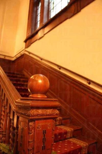 彎彎曲曲的古典樓梯甚有玩味。