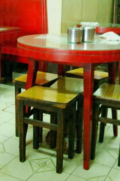 茶餐廳裡排得工整的木椅,見証了香港不下數十年的變遷。