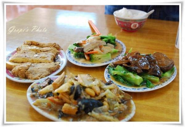 靈隱寺供應的齋菜帶有家常風味,此乃 2 人分量,好好味!