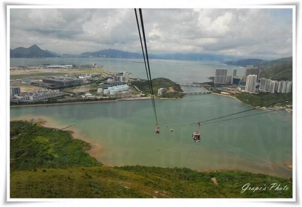 坐在昂坪纜車,可從高角度一覽動人美景。